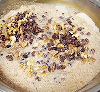 有機全粒粉と有機ドライフルーツ・ナッツを混ぜる作業